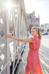 Kim-Sarah Brandts in der Hamburger Speicherstadt